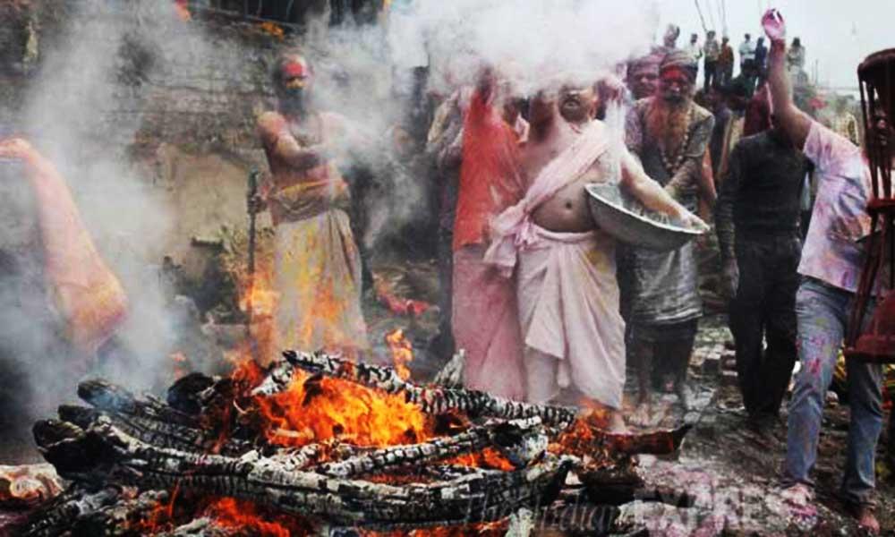 Holi 2021 :मातम के बीच खुशियों का उत्साह, यहां चिता के राख से भोले के भक्त खेलते हैं होली..-Hindi News