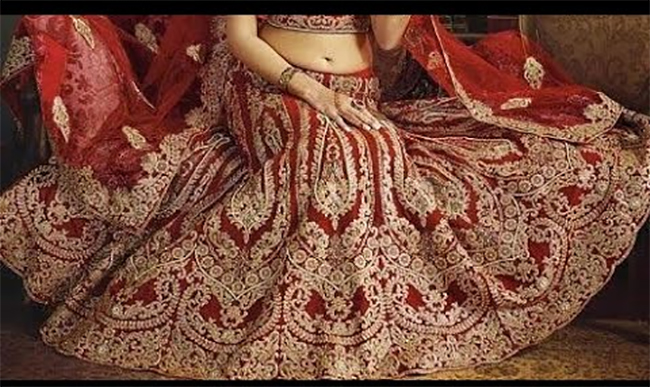 अजब गजब: शादी का जोड़ा पहल कोरोना की वैक्सीन लेने पहुंची महिला, लोग लेने लगी सेल्फी-Hindi News