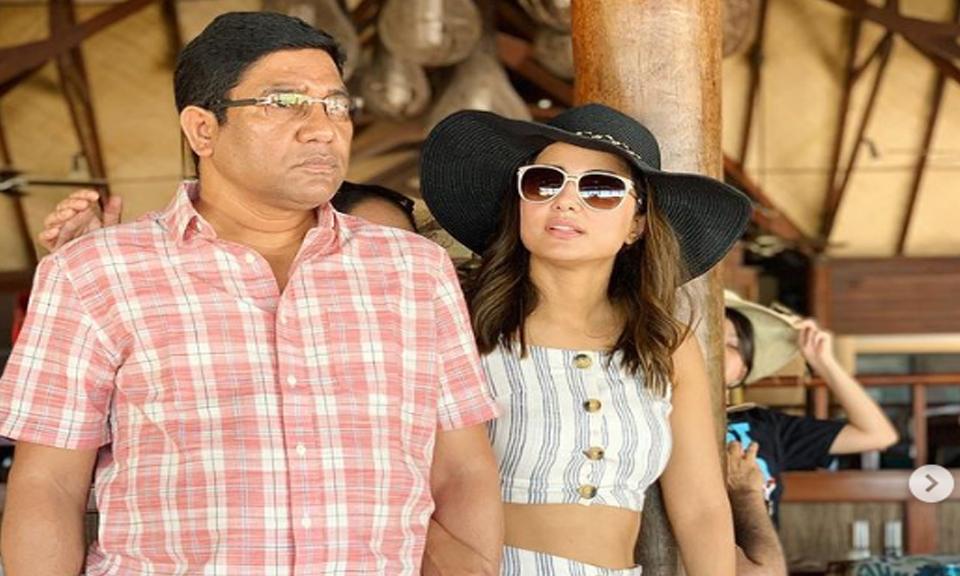 Actress Hina Khan के पिता का निधन, अचानक खबर सुनकर कश्मीर से तुरंत मुंबई दौड़ पड़ी एक्ट्रेस-Hindi News