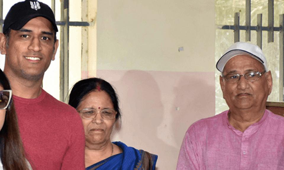 Mahendra Singh Dhoni के माता और पिता कोरोना संक्रमित, अस्पताल में कराया भर्ती-Hindi News