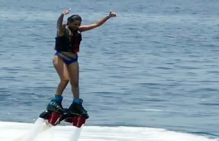 फ्लाइंग बोर्ड सर्फिंग के दौरान संतुलन बिगड़ने से पानी में गिरी एक्ट्रेस, और फिर…-Hindi News