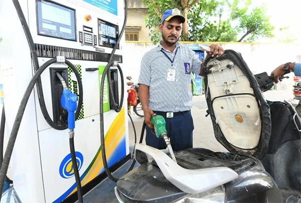 Petrol-Diesel के बढ़ते दामों ने आम आदमी का जीना किया मुश्किल, फिर आया उछाल, जानें आज के भाव-Hindi News