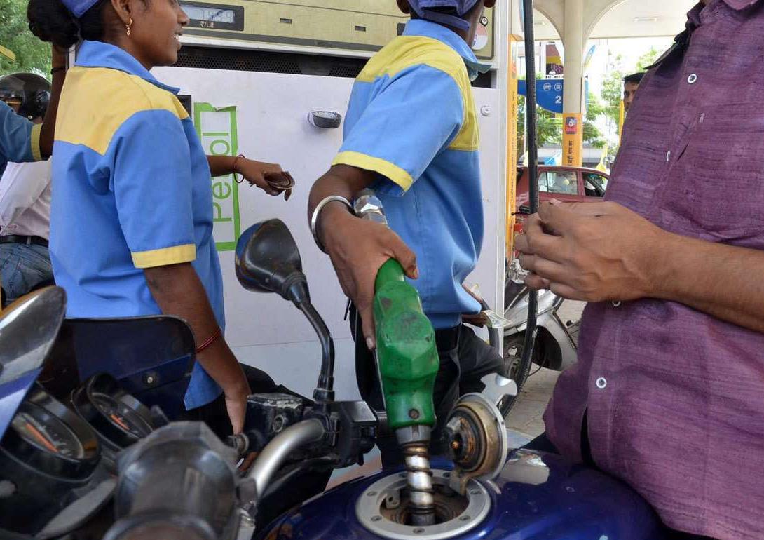 क्योंकि देश में चुनाव नहीं है, इसलिए दिल खोलकर पेट्रोल डीजल के दाम बढ़ा रही सरकार-Hindi News