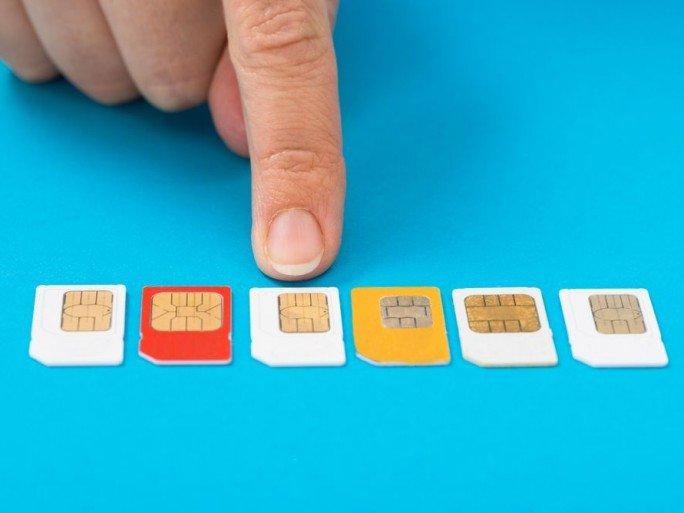 क्या आपको पता है मोबाइल फोन के सिम कार्ड कोने से कटे हुए क्यों होते है??-Hindi News