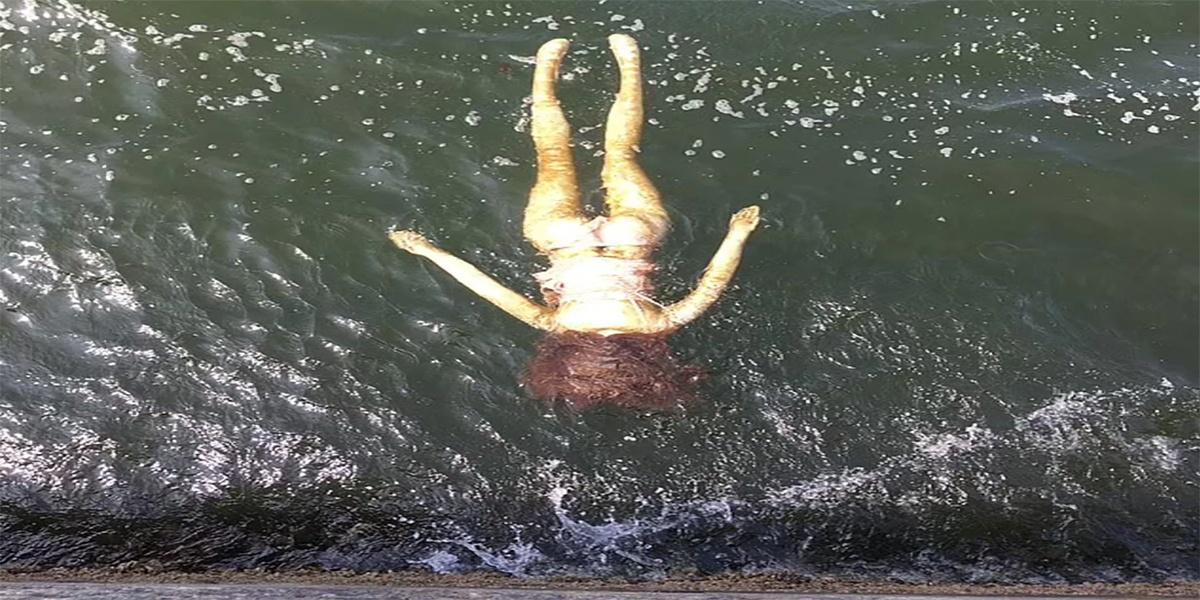 अजब-गजब: नदी में डूबती लड़की को बचाने के लिए जुटी थी भीड़ और पुलिस, बाहर निकाले जाने पर कोई नहीं रोक सका अपनी हंसी-Hindi News