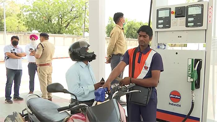Petrol-Diesel के दामों ने फिर मारी छलांग, जानें आज के ताजा भाव-Hindi News