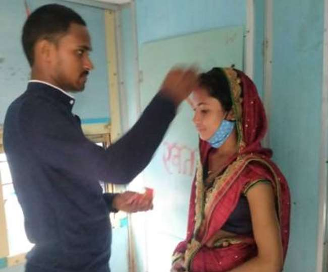 ये कैसा प्यार: चलती ट्रेन में दुल्हन के माथे के सिंदूर को पोछा, तो झूम उठी लड़की-Hindi News